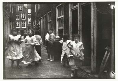 Image from object titled Spelende kinderen in een steeg