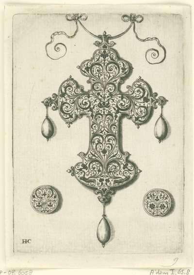 Achterzijde van een kruisvormige hanger; Hangers met arabesken