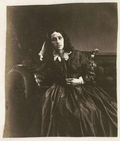 Studioportret van een vrouw met pijpekrullen