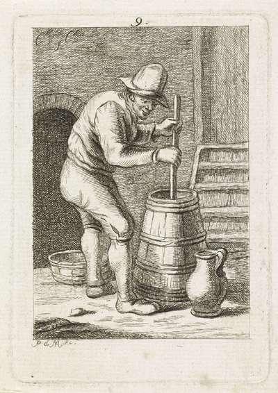 Man boter aan het karnen