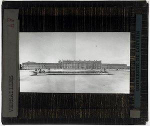 Versailles. Château de Versailles; Exterieur: Algemeen zicht op het paleis en de vijver vanuit de tuin