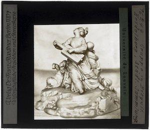 Johann Peter Melchior. Porseleinen beeldje van vrouw met muziekinstrument en twee kinderen