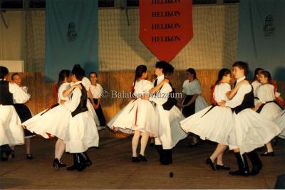 Az 1998. évi Helikoni Ünnepségek. A folklór kategória egyik versenyszáma.