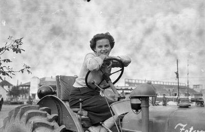 Image from object titled Lány a traktoron