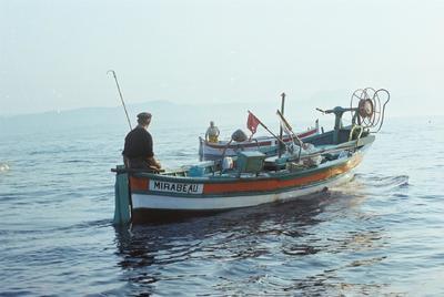 """Image from object titled Fonds Henri-Paul Brémondy : Un bateau de pêche en mer - Photographie en lien avec le corpus sonore """"La pêche traditionnelle varoise dans les années 1970"""