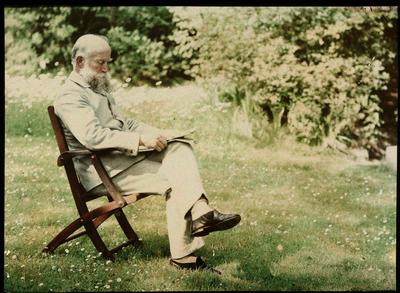 Image from object titled Portret van een man, mogelijk Adolphe Burdet; Oude man met baard zittend in een stoel in een grasveld