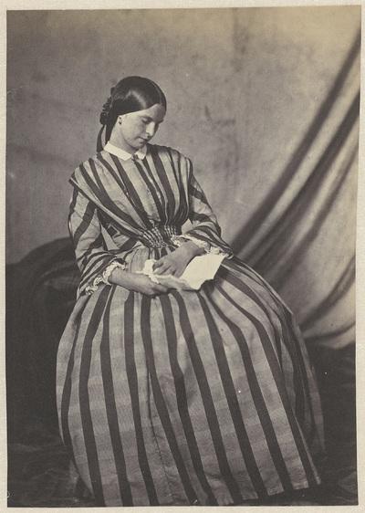 Portret van een jonge vrouw met een brief