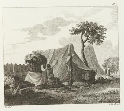 Man zittend naast volle mand bij tent; Deuxième Cahier D'Études