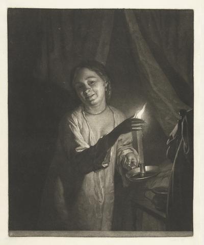 Vrouw in nachtkleding, met een kaars