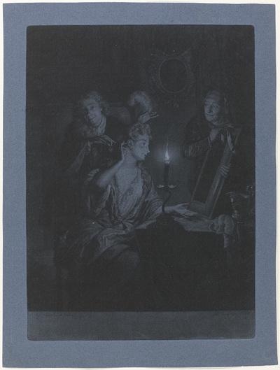 Vrouw voor een spiegel, bij kaarslicht