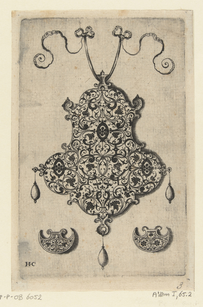 Achterzijde van een hanger waarop arabesken met druiventrossen; Hangers met arabesken