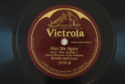 "A kiss in the dark / Kiss me again Kiss me again : (""from ""Mlle. Modiste"") / (Henry Blossom - Victor Herbert)"