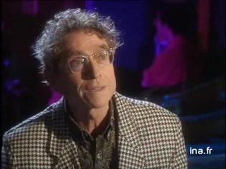 En improvisant au piano Darry Cowl s'auto-interviewe