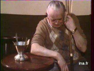 Darry Cowl joue au billard