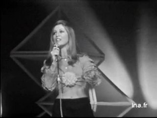 """SHEILA chante """"Fragile"""" avec des choristes"""