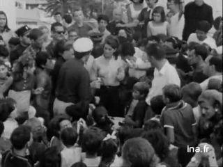 Au bord de la mer, Sheila entourée par une foule de fans