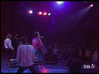 Elvis Costello sur la scène du Théâtre de l'Empire à Paris