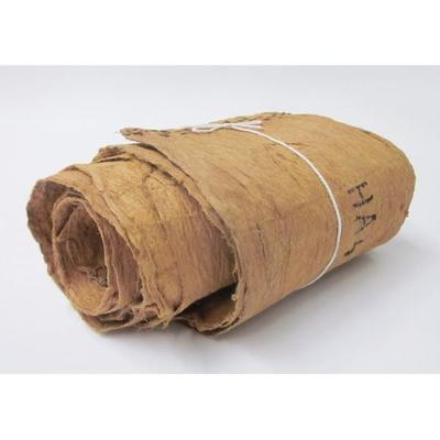 Doek van grof geklopte boombaststof, aan de korte einden doorregen met getwijnd vezeltouw, om en om. De doek heeft 1 rij van 4 rijgsels.