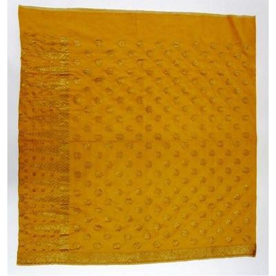 Rayon weefsel, gele synthetische verving, linnenbinding, witte zelfkanten, met een niet doorlopende suppletoire dubbeldraads gouddraadinslag, vrij grof. E?n weefbaan (geweven op ATBM: 'alat temin bukan mesin') met de hand tot kokerdoek genaaid. Motieven: 8-bladige bloemmotieven (kembang manggis) in het veld, vrij groot en op enige afstand van elkaar (tabur). Geometrisch ruitmotief rand langs de onderzijde. Kepala: pucuk rebung (tumpal) met kembang manggis ertussenin.