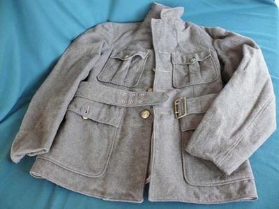 Groenbruin wollen uniformjasje