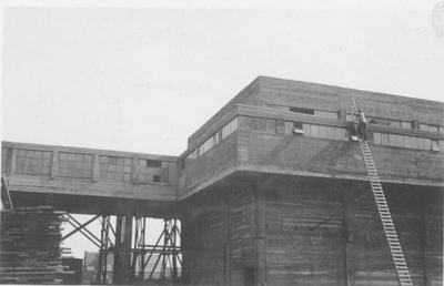 Uitbreiding lampisterie, verbandkamer en schuilkelders staatsmijn Maurits Geleen. Man op ladder.