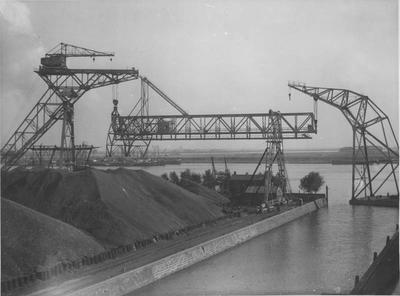 Het monteren van een brugkraan in de Rietlanden te Amsterdam. Foto Vereenigde Fotobureaux Singel 93 Amsterdam.