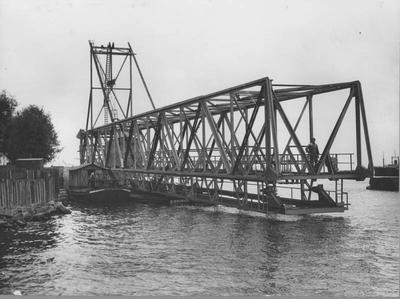 Aanvoer ligger voor de laadbrug in de Rietlanden te Amsterdam. Foto Vereenigde Persbureaux Amsetrdam.