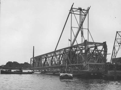 Aanvoer ligger voor de laadbrug in de Rietlanden te Amsterdam. Foto Vereenigde Persbureaux Amsterdam.