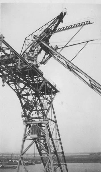Montage laadbrug in de Rietlanden te Amsterdam.
