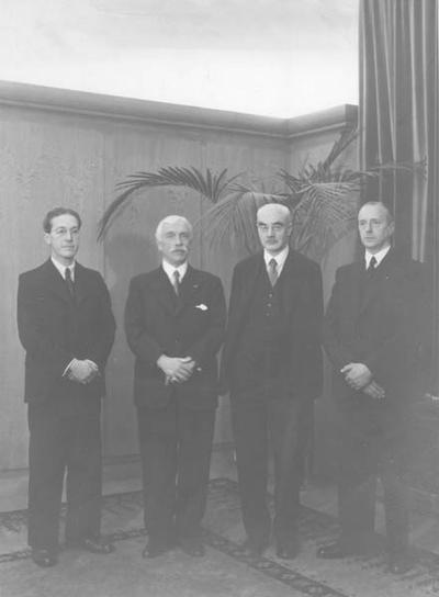President-directeur dr. ir. CH. Th. Groothoff (links) ging voor zijn afscheid op 1 april 1953 op de foto met de oud-directeuren mr. dr.  W.F.J. Frowein, prof. dr. ir. F.K.Th. van Iterson en J. Mous. De foto is gemaakt op 5 februari 1953.