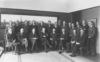 Bij het afscheid van directeur dr. ir. J.C.F. Bunge werd op 1 januari 1935 een groepsfoto gemaakt van directie en hoger kaderpersoneel van de Staatsmijn in Limburg. Op de eerste rij zittend van links naar rechts K.N.W.A. Zelders, Ch. Le Poole, dr. ir. Ch.Th. Groothoff, dr. ir. D.P. Ross van Lennep, C.J. Damme, J. Mous, ir. J.W.D van Eck en R. van Vloten. Staand van links naar rechts G. Duyfjes, ir. J. Bakker, J.W. Kleinbentink, ir. J.W.C. op den Kamp, ir. J.B. van der Drift, jhr. E.W.M. Quarles van Ufford, R.G. Veenenbos, J.J. Sprenger van Eijk, Baarslag, ir. A.E. Dinger, ir. L.H.A.M. Sauter, ir. J.G.J.H. Ex, ir. P.C. Wichers en dr. G. J.A.  Grond.