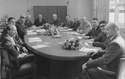 De Raad in nieuwe Gemeenschap (RING) van de staatsmijn Wilhelmina bij gelegenheid van de 500e vergadering van dit overlegorgaan. Derde van links is voorzitter ir. J.W. Fennell.