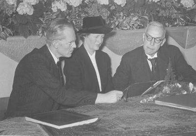 Afscheid van hoofdingenieur ir. P.C. Wichers, chef van het Stikstofbindingsbedrijf (SBB) op 27 maart 1948. Op de foto wordt de aangeboden album met aandacht bekeken door het echtpaar Wichers. Dr. ir. D.P. Ross van Lennep kijkt mee. Meer info over Wichers staat in het boek  Groeien door kunstmest  van Ernst Homburg.