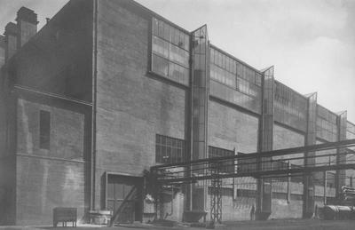 Het gebouw van de ammoniaksynthese op het stikstofbindingsbedrijf (SBB) te Geleen. Foto Gust Rheingans Heerlen.