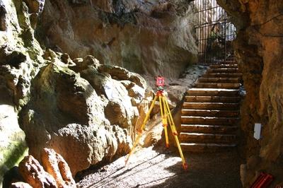 [B_Kortezubi_Santimamiñe] Trabajos topográficos de complemento al escaneado tridimensional de la cueva de Santimamiñe (Kortezubi, Bizkaia). Poligonal de precisión y apoyo topográfico