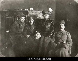Vene 33.Jalaväediviisi 131.Tiraspoli polgu kuulipildujakomando ohvitserid                      Ringmundshofi (Kegums) mõisa peahoones.