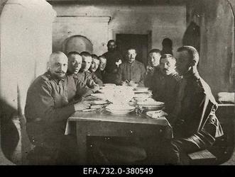 Vene 33.Jalaväediviisi 131.Tiraspoli polgu ohvitserid lõunalauas Purini                      [Purinši?] talus.