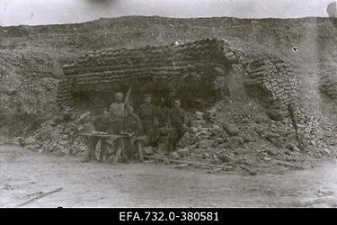 Vene 33.Jalaväediviisi 131.Tiraspoli polgu sõdurid varjendi ees Ükskülas                      (Ikškile).