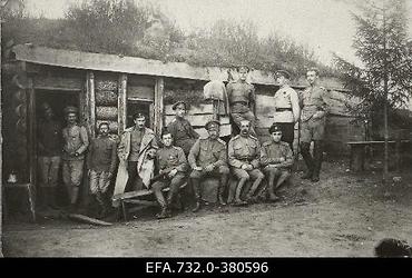 Vene 33.Jalaväediviisi 131.Tiraspoli polgu ohvitserid varjendi                      ees.