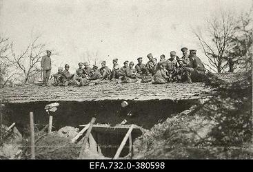 Vene 33.Jalaväediviisi 131.Tiraspoli polgu sõdurid varjendi katusel                      kaarte mängimas.