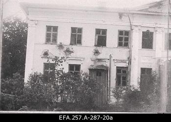 Lahingutegevuses kannatada saanud Mõniste mõisa peahoone.