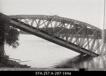 Purustatud raudteesild üle Velikaja jõe Pihkvas 1919. aasta                      suvel.