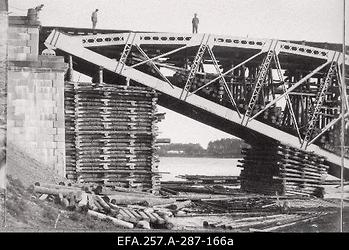 Soomusrongide Divisjoni inseneri kapten Eduard Jürgensoni (fotograafil                      Jürgenson) juhtimisel parandatud raudteesild Velikaja jõel Pihkvas 1919. aasta                      suvel.