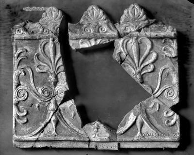 fragmentierte Campanaplatte mit Palmetten und Lotusblüten