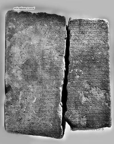 zwei Fragmente einer Stele