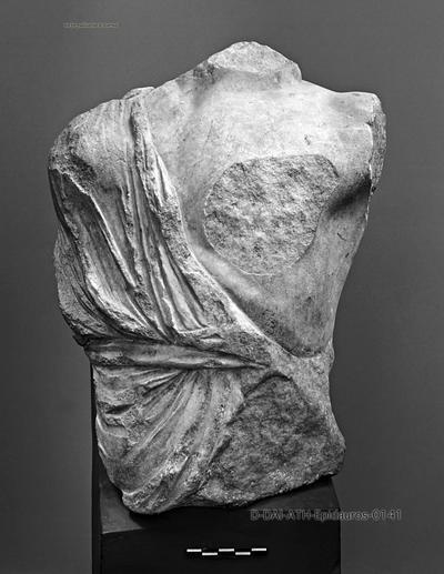 Westgiebel des Asklepios-Tempels XI.1, Fragmentierte Statue einer Amazone