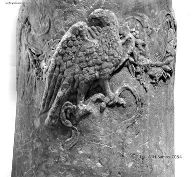 Rundaltar mit Adler, Schlange und Bukranion