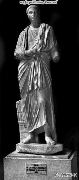 Statue eines Mannes mit Portraitkopf