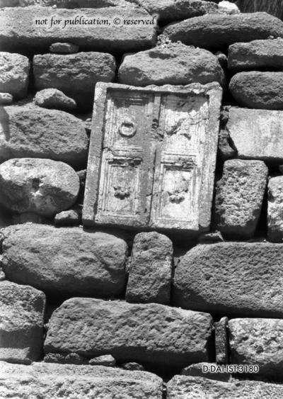 Grabstein in Form einer Tür