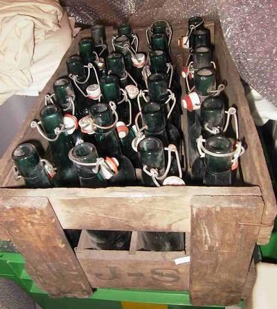Anoniem, bierbak van Sampermans met 24 flessen, s.d., hout, glas.